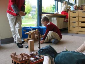 Erik og Sebastian Philip bygger en kuglebaneridderborg.